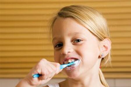 Kauen statt Bürsten? IfK entlarvt sieben gängige Mythen rund um die Zahnpflege