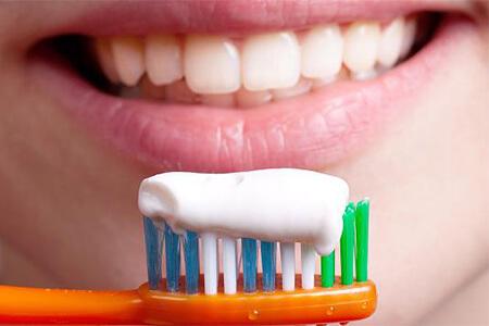 Öko-Test warnt: Diese Zahncremes machen Ihre Zähne nicht weiß – sondern gefährden die Gesundheit
