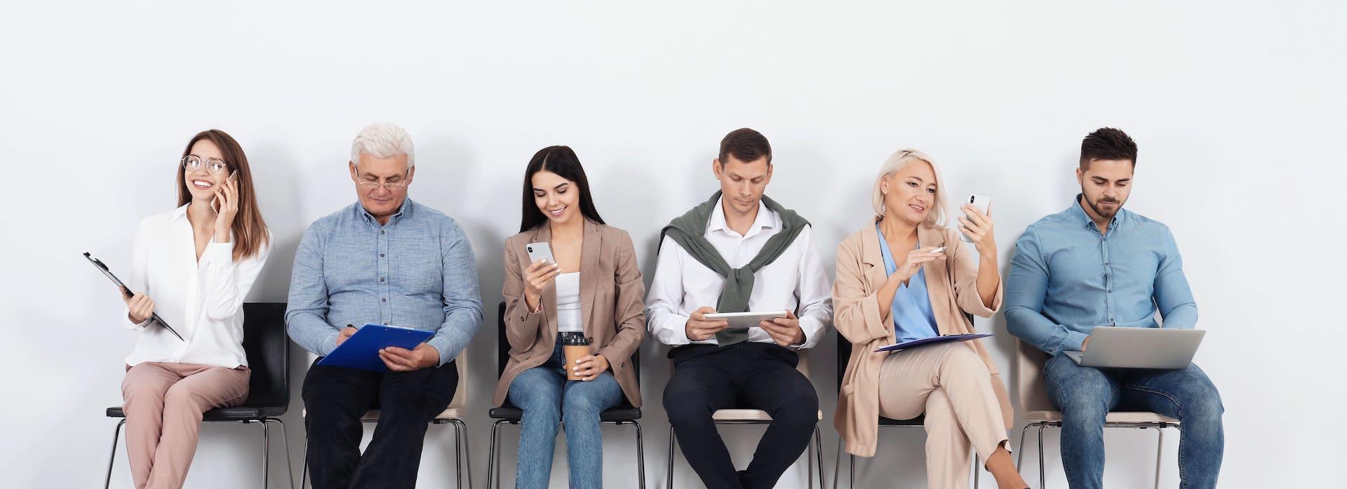 Deutscher Zahnversicherungs-Service Entscheidungshilfen Wartezeiten Wartende Menschen